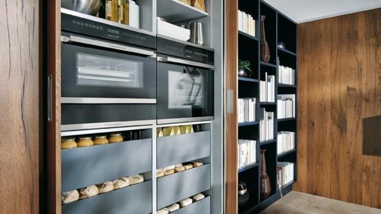 Küchengeräte und Vorräte verschwinden bei Schüller hinter großen - schüller küchen fronten