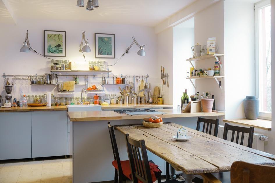 Großzügige Küche mit einem Essbereich und kreativer Beleuchtung - kleine regale für küche