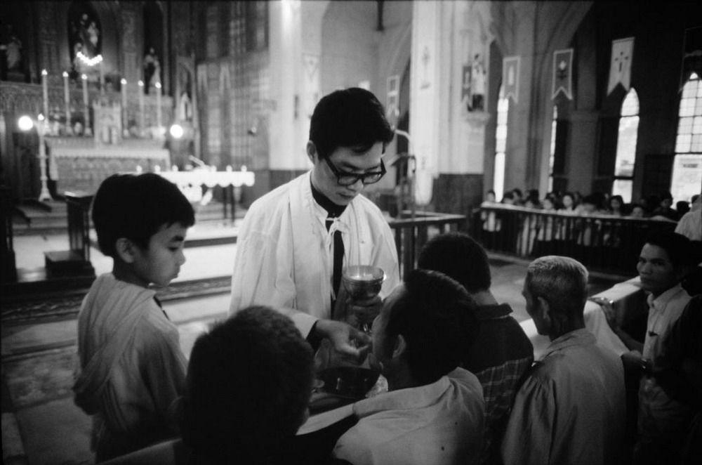 Một buổi sáng chủ nhật trong nhà thờ Lớn, Hà Nội.1980