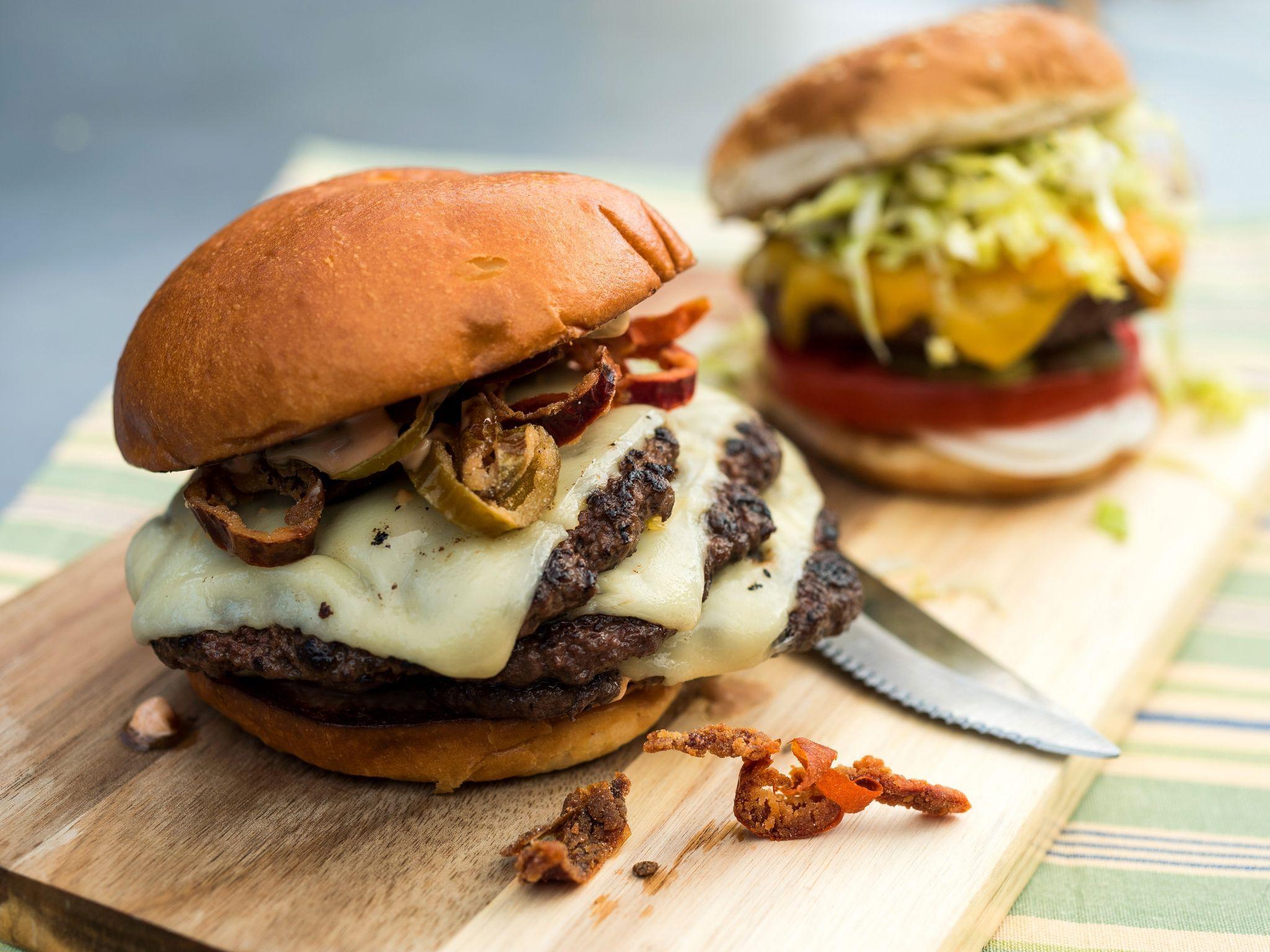 vista de un par de hambuguesas de Bubba Gourmet Burger