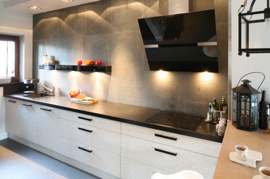 Waska Kuchnia Urzadzona Zostala W Klasycznym Zestawieniu Czerni I Bieli Aby Podkreslic Jej Salonowy Charakter Zrezygnowano Z Sza Kitchen Kitchen Cabinets Home