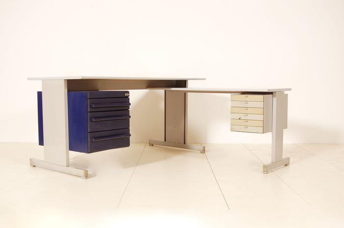 Hermoso escritorio de Olivetti, parte de la 'Serie 45', diseñada por Ettore Sottsass. Se remonta a la década de 1970 Usted puede encontrar una explicación detallada y la historia de 'Serie de 45' en el siguiente enlace: http://www.storiaolivetti.it/percorso.asp?idPercorso=604 Compuesta de dos secciones: La sección principal (que también puede ser utilizado solo) mide 150 cm x 75 cm x 75 cm (H). Tiene un pecho azul de cajones con tres cajones que tienen dife...