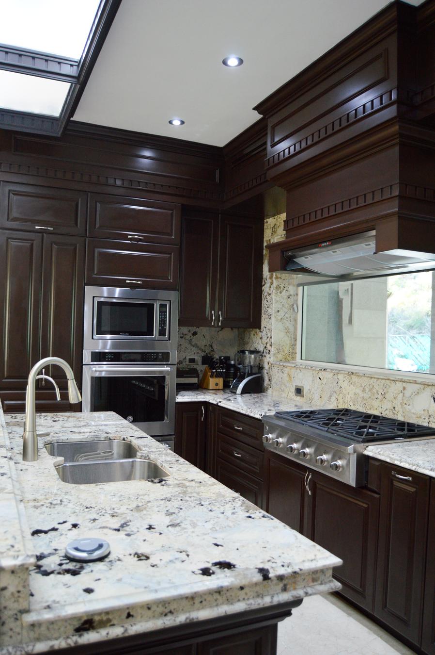 Cocina y Barra diseñada con ornamentos estilo Victoriano, fabricada ...