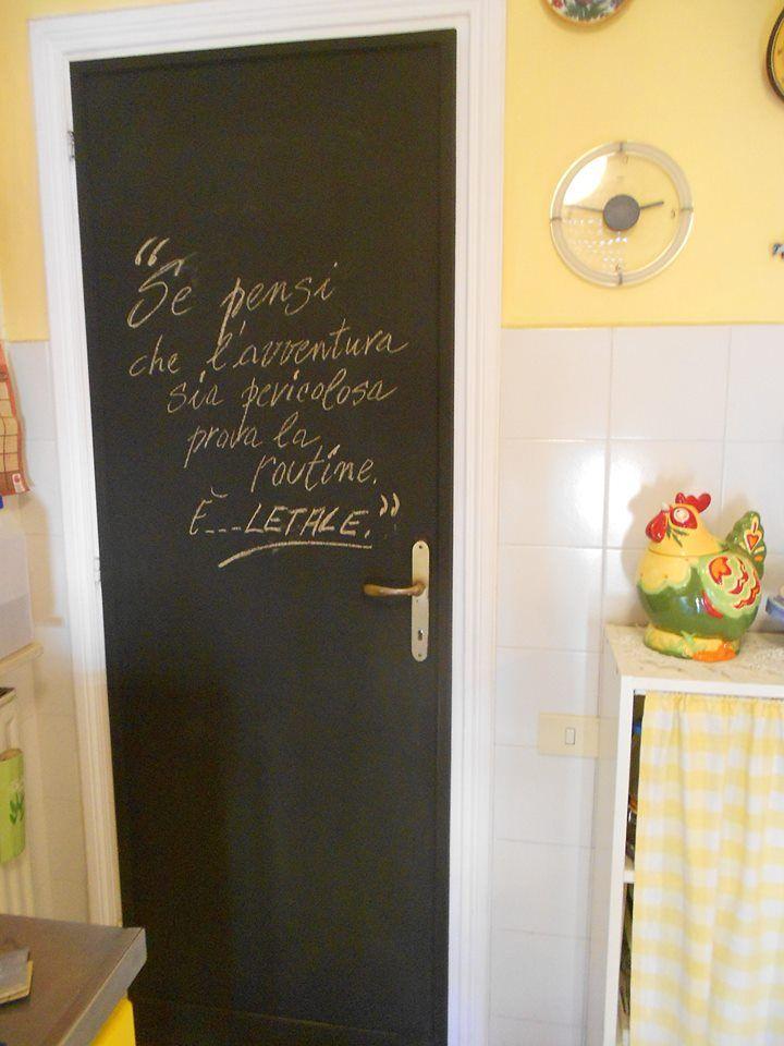 Il retro della porta di una cucina può diventare una comodissima lavagna semplicemente dipingendola con acrilico misto a  stucco per piastrelle.Ed il gesso si cancella con una semplice spugna inumidita.