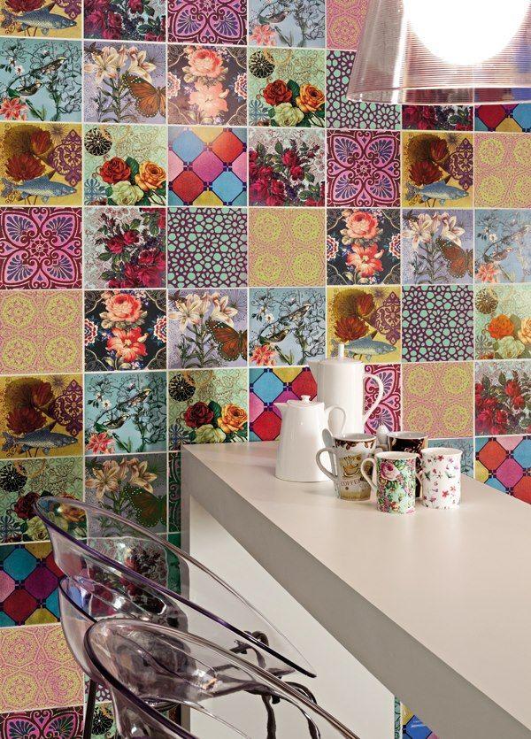 Cocina con una singular pared revestida con piezas cerámicas de ...