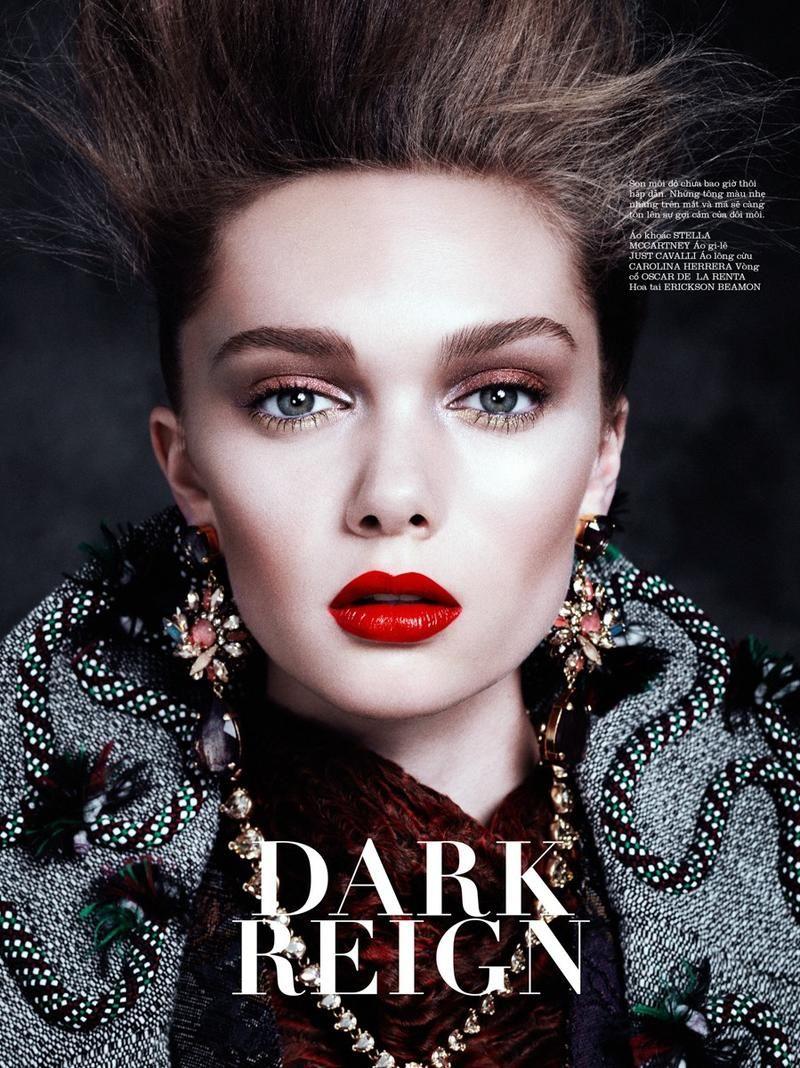 Makeup at Fall 2016 Couture | Catwalk makeup, Graphic