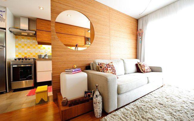 O sofá de dois lugares oferece conforto e marca presença no cantinho da sala
