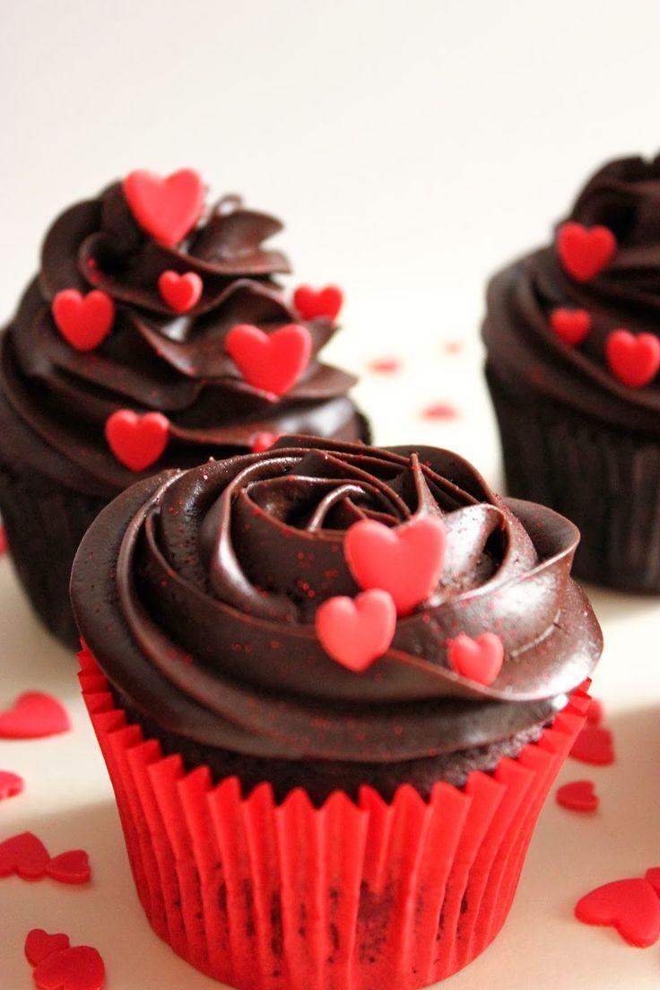 Unos deliciosos cupcakes de chocolate, adornados de mini corazones de fondant rojo, para sorprender a vuestro amor.       CUPCAKES DE CHOCO...