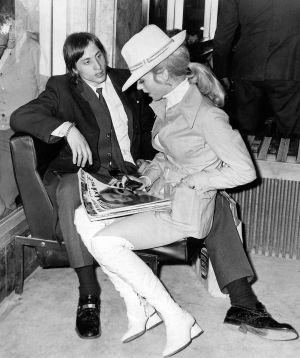 Johan Cruyff y su esposa Danny Coster en 1973 compartiendo butaca y revista, que es como se construían los grandes amores antes de Internet.