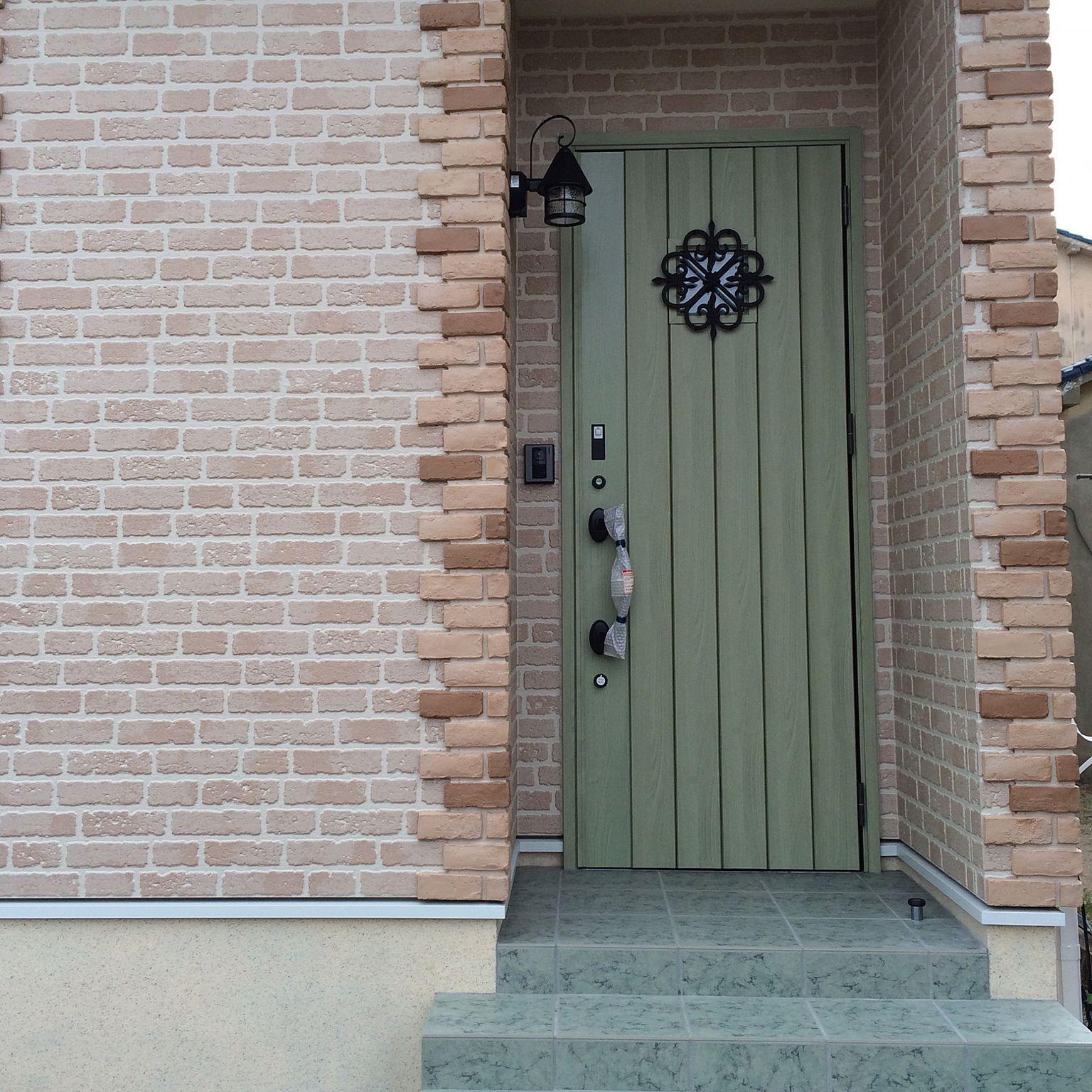 玄関 入り口 タイル レンガ グリーン リクシルの玄関ドア などの