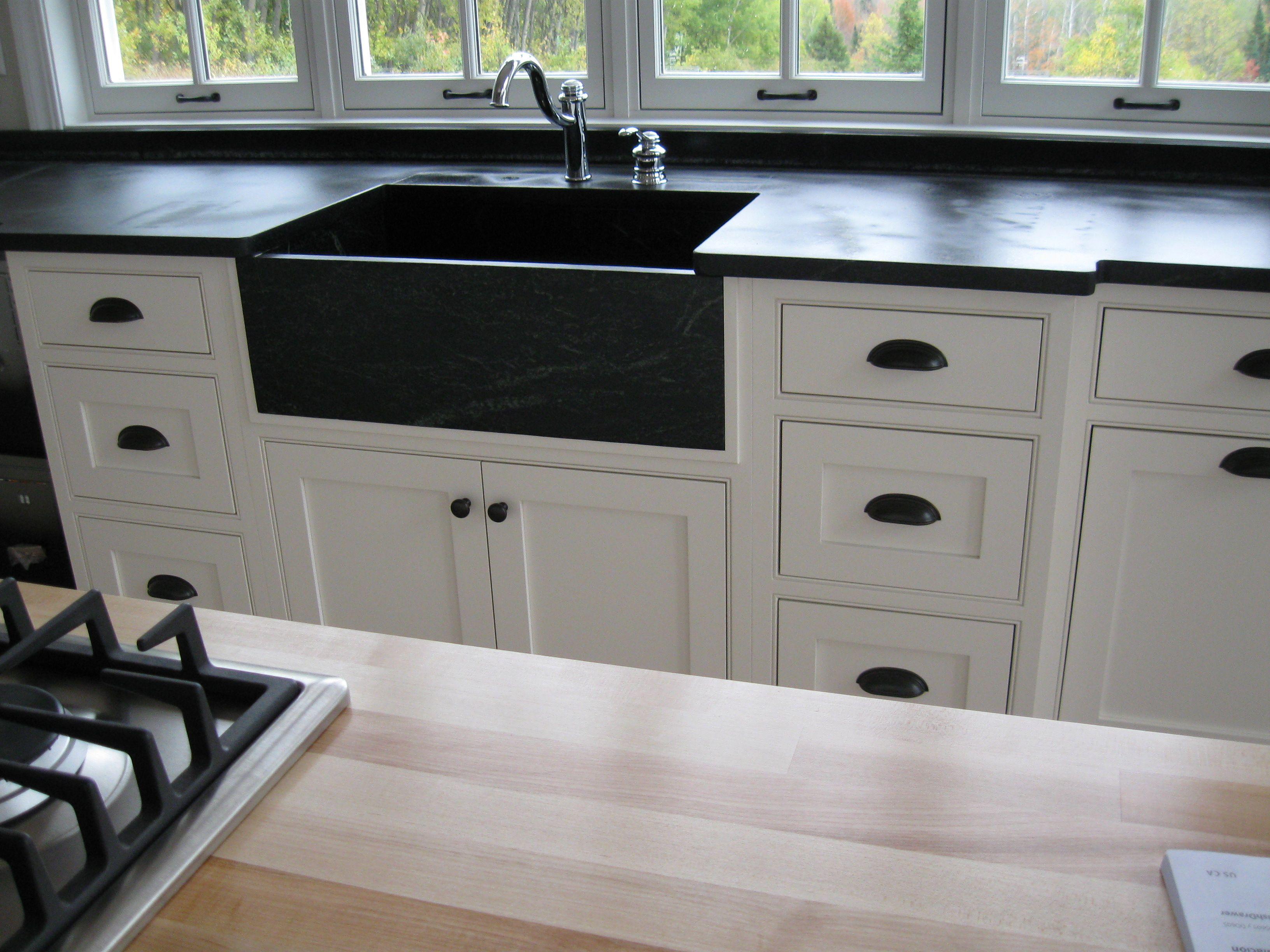 White farmhouse sink, oil rubbed bronze hardware