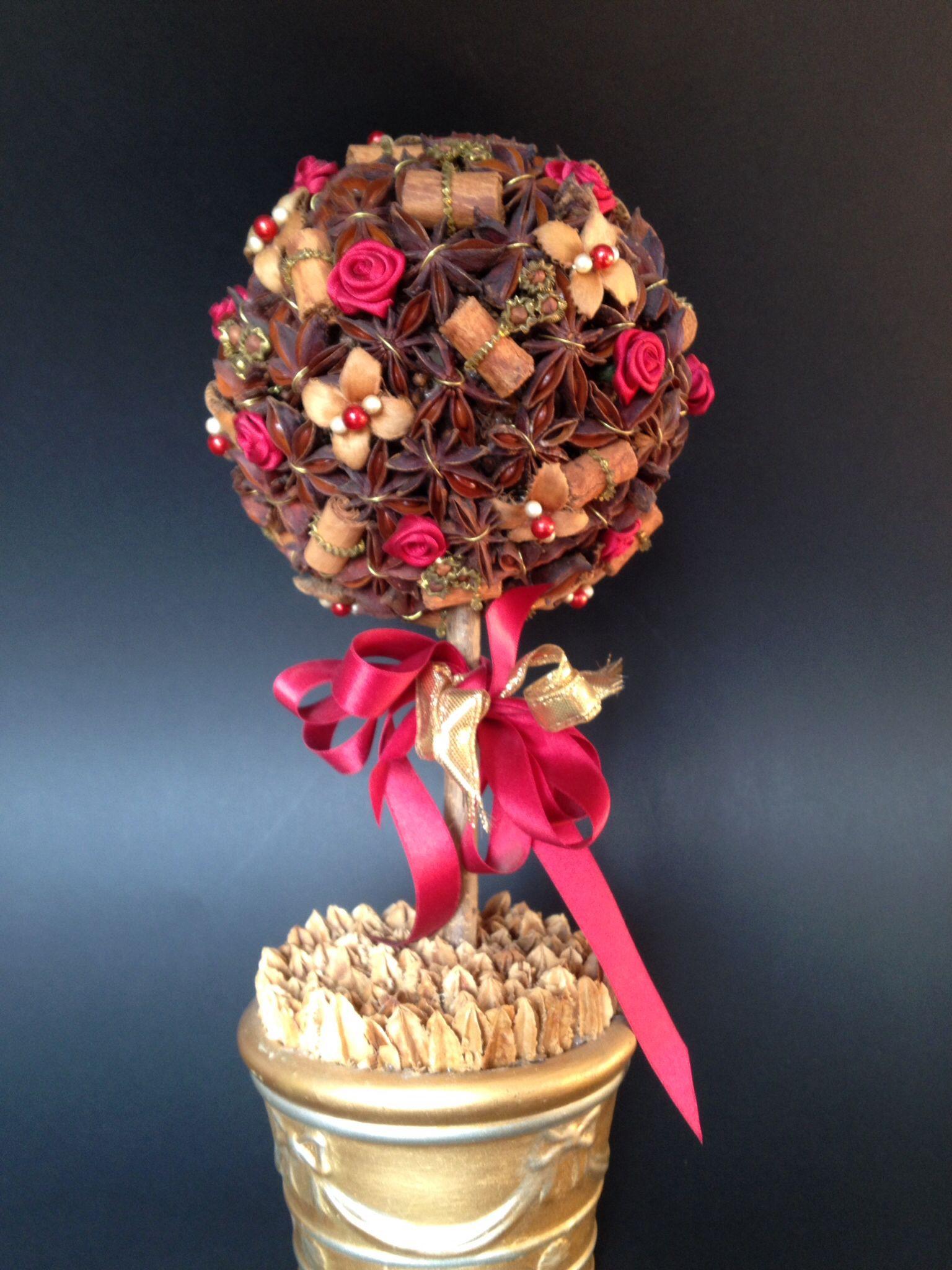 Piccolo alberello in stile biedermaier realizzato con fiorellini in raso, perline, canutiglie e spezie