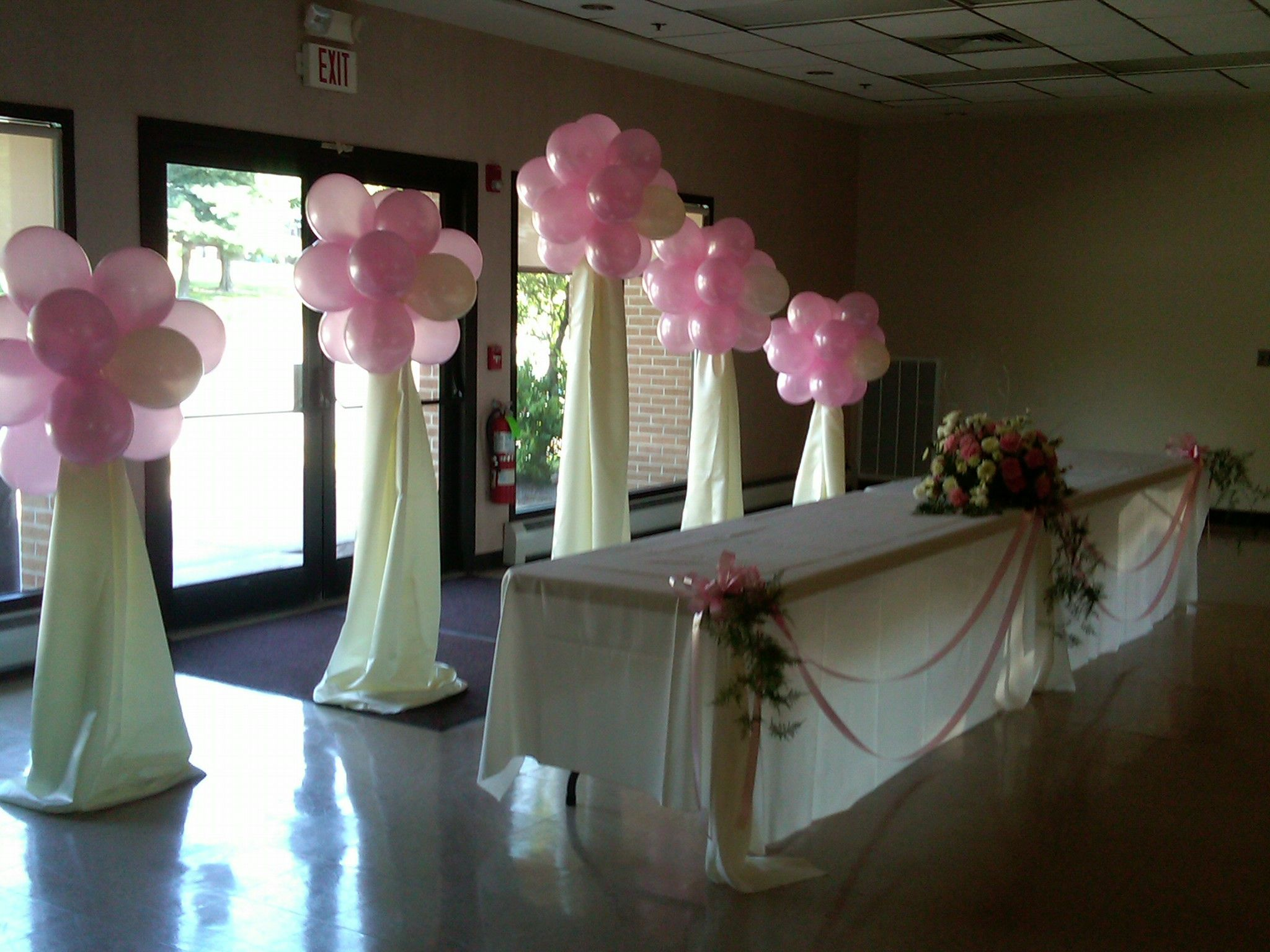 Balloon topiary use plastic table cloths and bubble for Balloon decoration ideas for quinceaneras