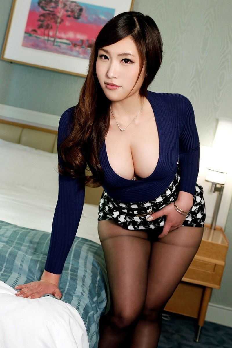 Teen babe asian cleavage show