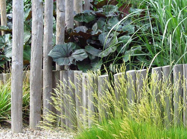 Tuin Houten Palen : Kastanje houten palen met sfeervolle beplanting ontworpen en