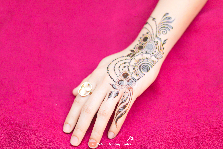 نقش الحناء تعليم نقش الحناء خطوه بخطوة للمبتدئين طريقه جديده وسهله في الحناء نقش الحناء 2020 Henna Designs Easy Hand Henna Simple Henna