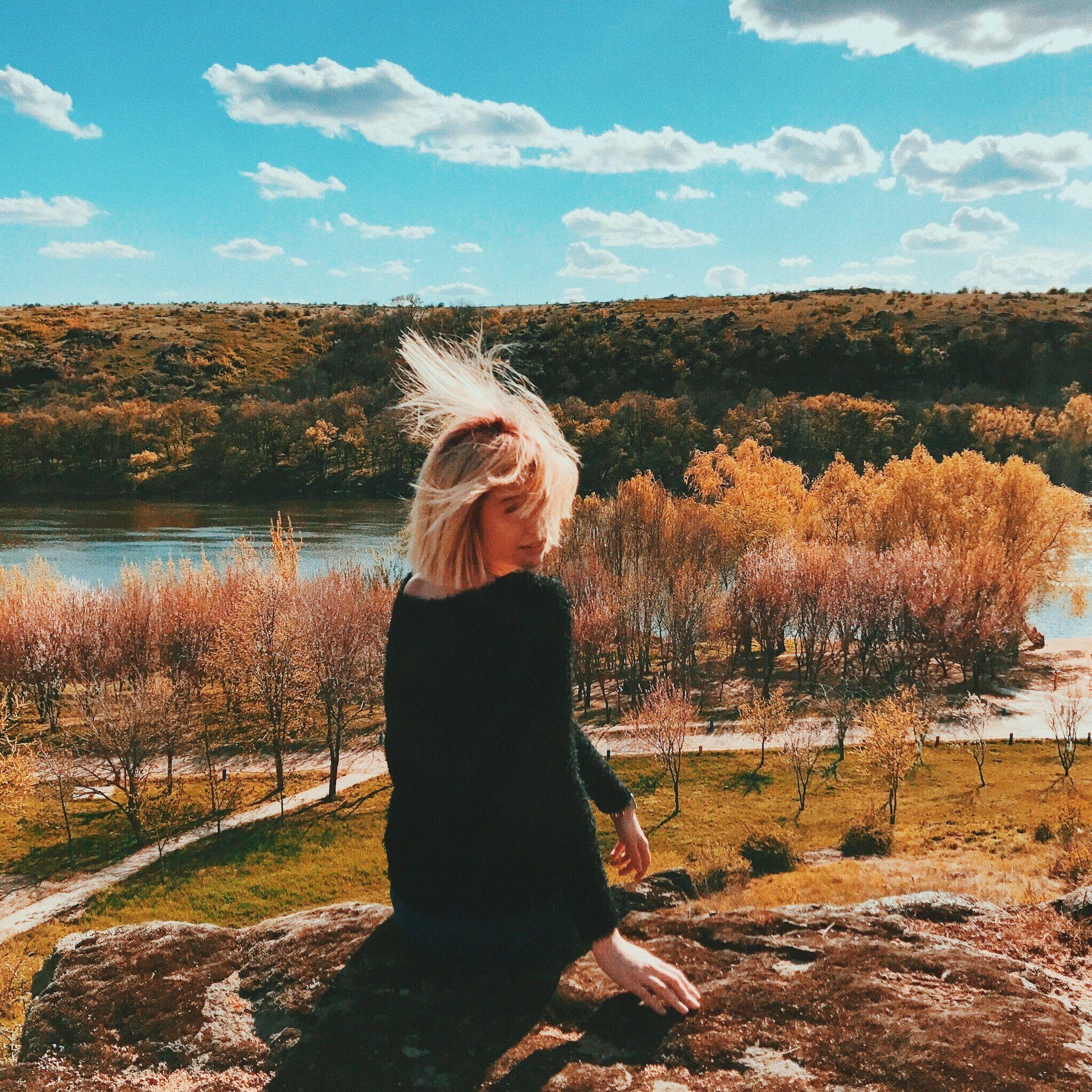 Картинки осень и девушка со спины блондинка, фон для