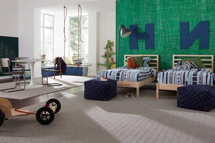 grüne Wand im Kinderzimmer von zwei Brüdern gleiche Bette beiger