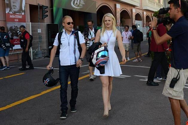 Emilia on nähty usein F1-varikoilla kannustamassa Valtteria.