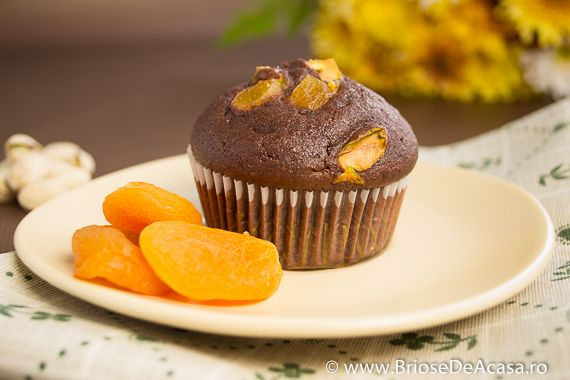 Cocoa muffins with dried apricots, pistachios and vanilla seeds (in Romanian, with translator) / Briose cu cacao, caise confiate, fistic si seminte de vanilie.