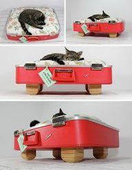 Upcycled Suitcase Pet Bed / maleta para gatos y perros #DIY #decoracion #vintage #maletas antiguas #repurposed #upcycled