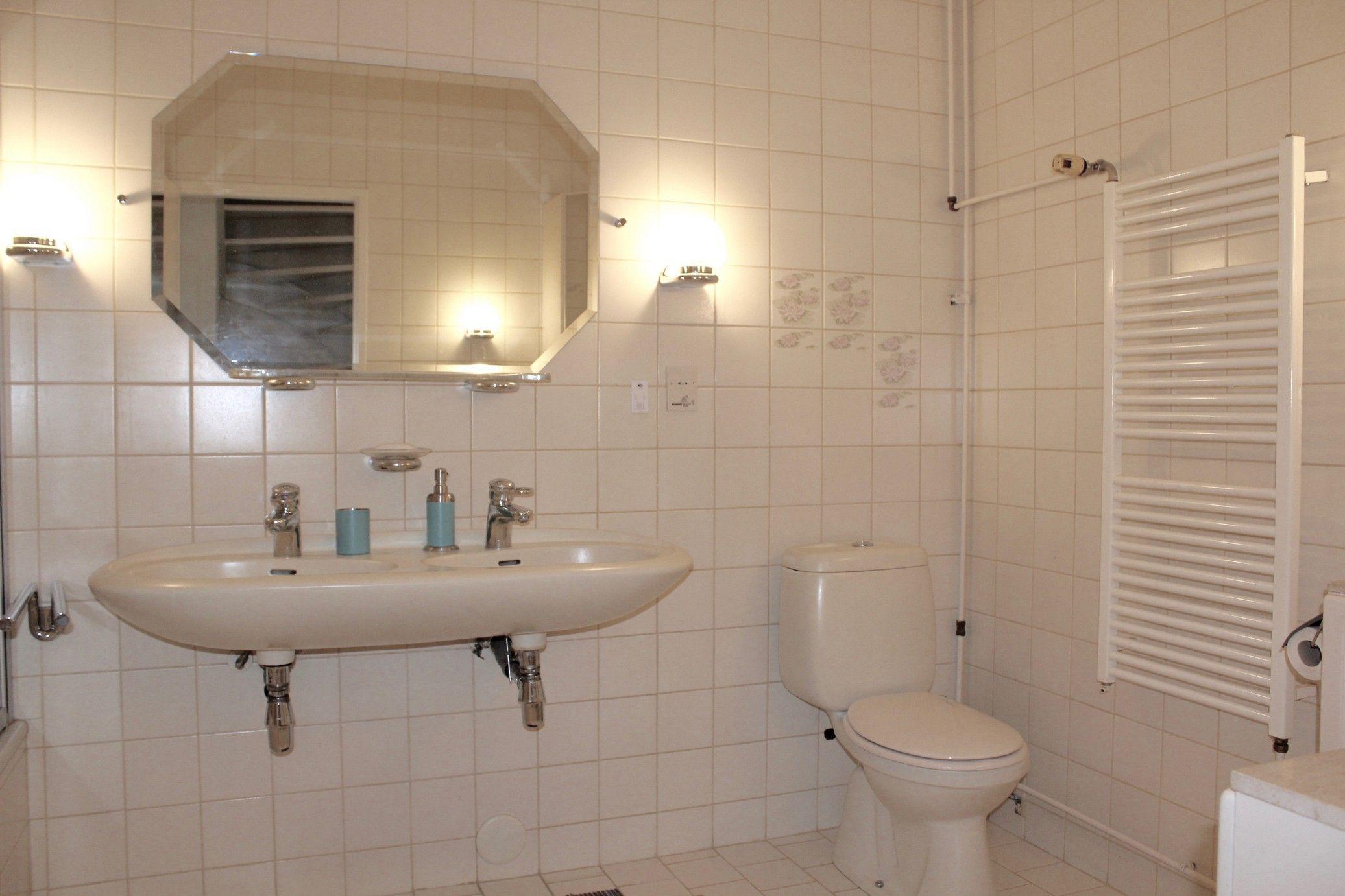 1e verdieping badkamer met wastafel, toilet, bidet en ligbad met ...