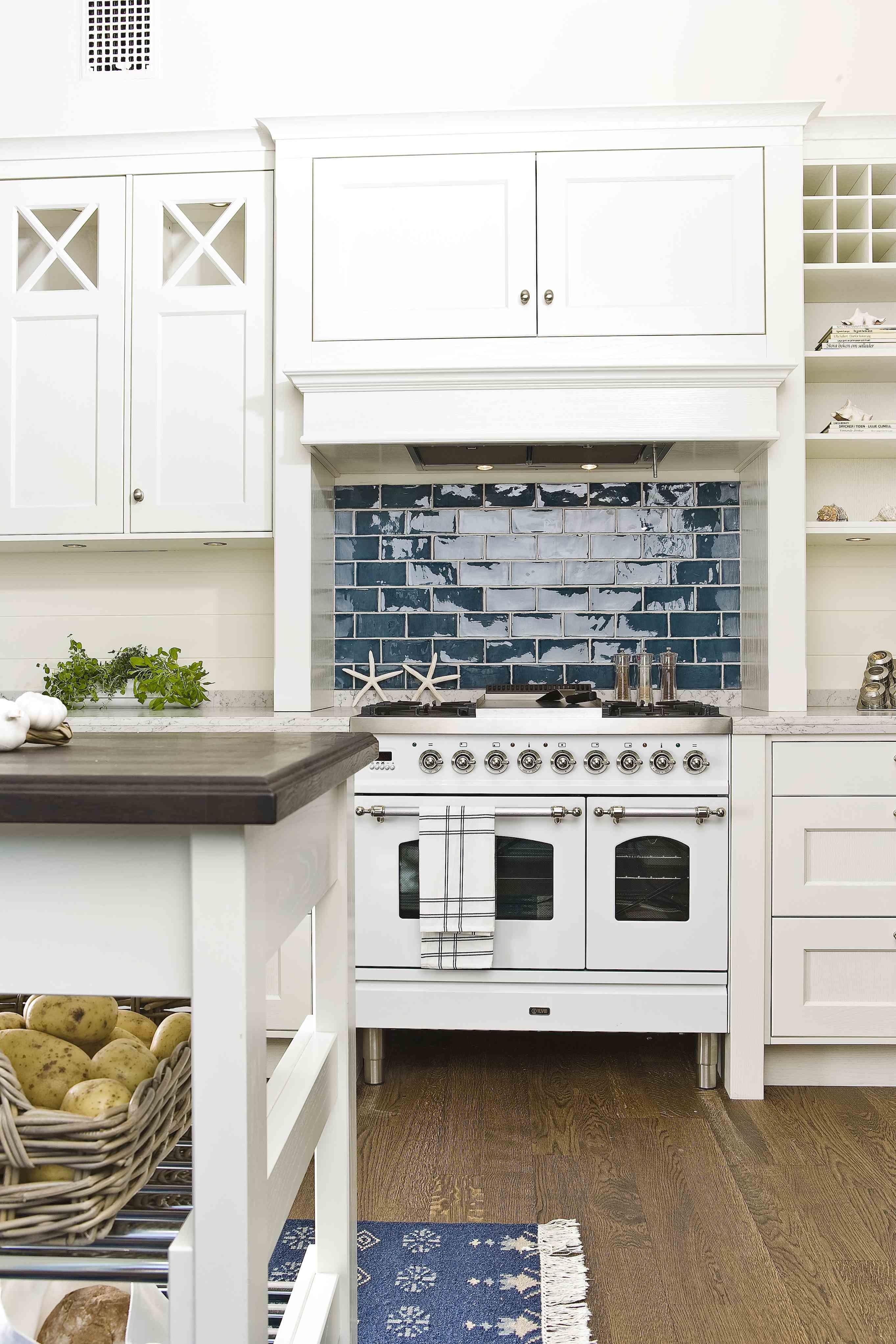 Kök, solid valnöt med barlösning. modernt kök med mycket träkänsla ...