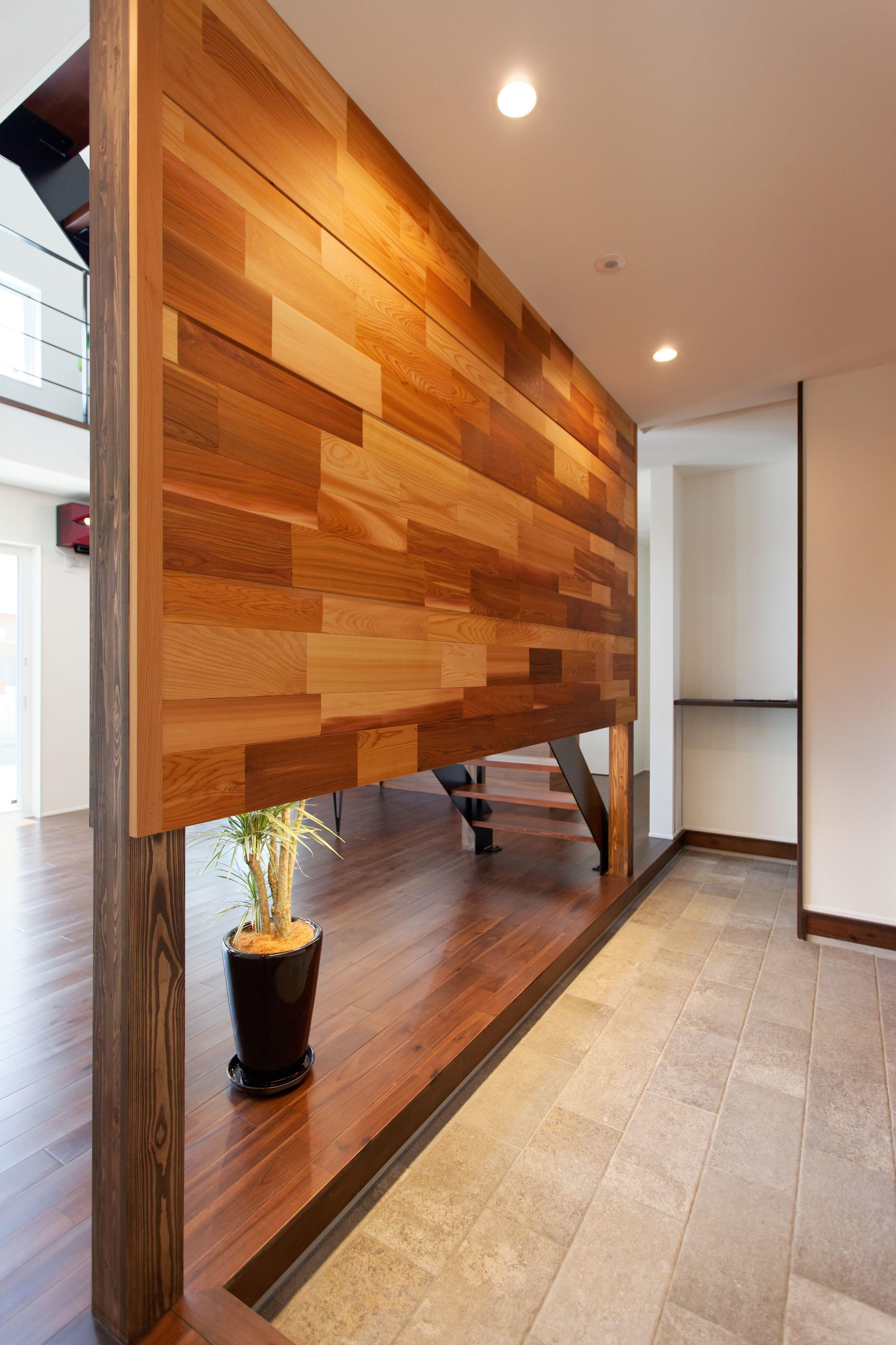 玄関とリビングを分離するアクセント壁 レッドシダーの板材を張り付け