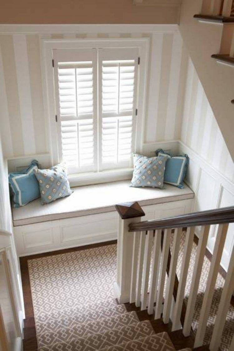 treppenhaus mit fenster-sitzbank und muster-teppich | treppe