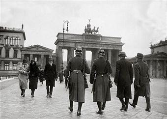 Policemen In Front Of The Brandenburg Gate Photography Berlin Brandenburg Gate Berlin Photography