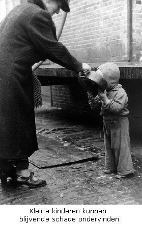 Man feeding soup to a child during the hongerwinter (Holland, 1944/45)
