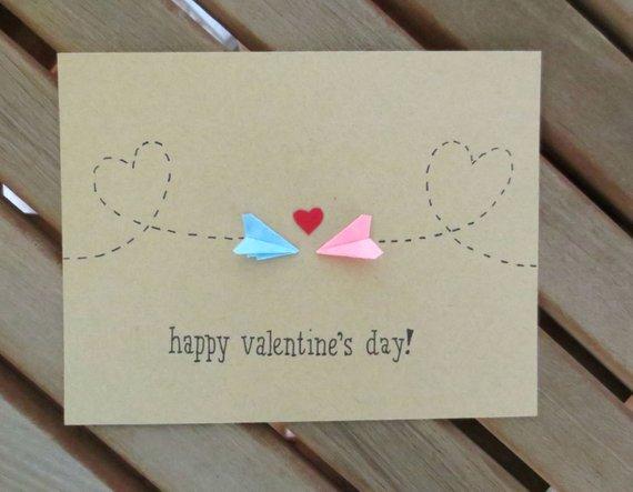 Happy Valentinstag! Diese süße Valentinstag-Karte eignet sich für diejenigen ein Langstrecken-Verhältnis oder wer Papier Flugzeuge liebt. Es verfügt über zwei Hand gefaltet Papier Flugzeuge und ein kleines rotes Herz. Die Innenseite der Karte ist leer. Ich hand machen alles für die