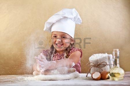 CHEF WITH DOUGH : Professionale femminile chef di impastare la pasta per fare il pane in una cucina professionale Archivio Fotografico