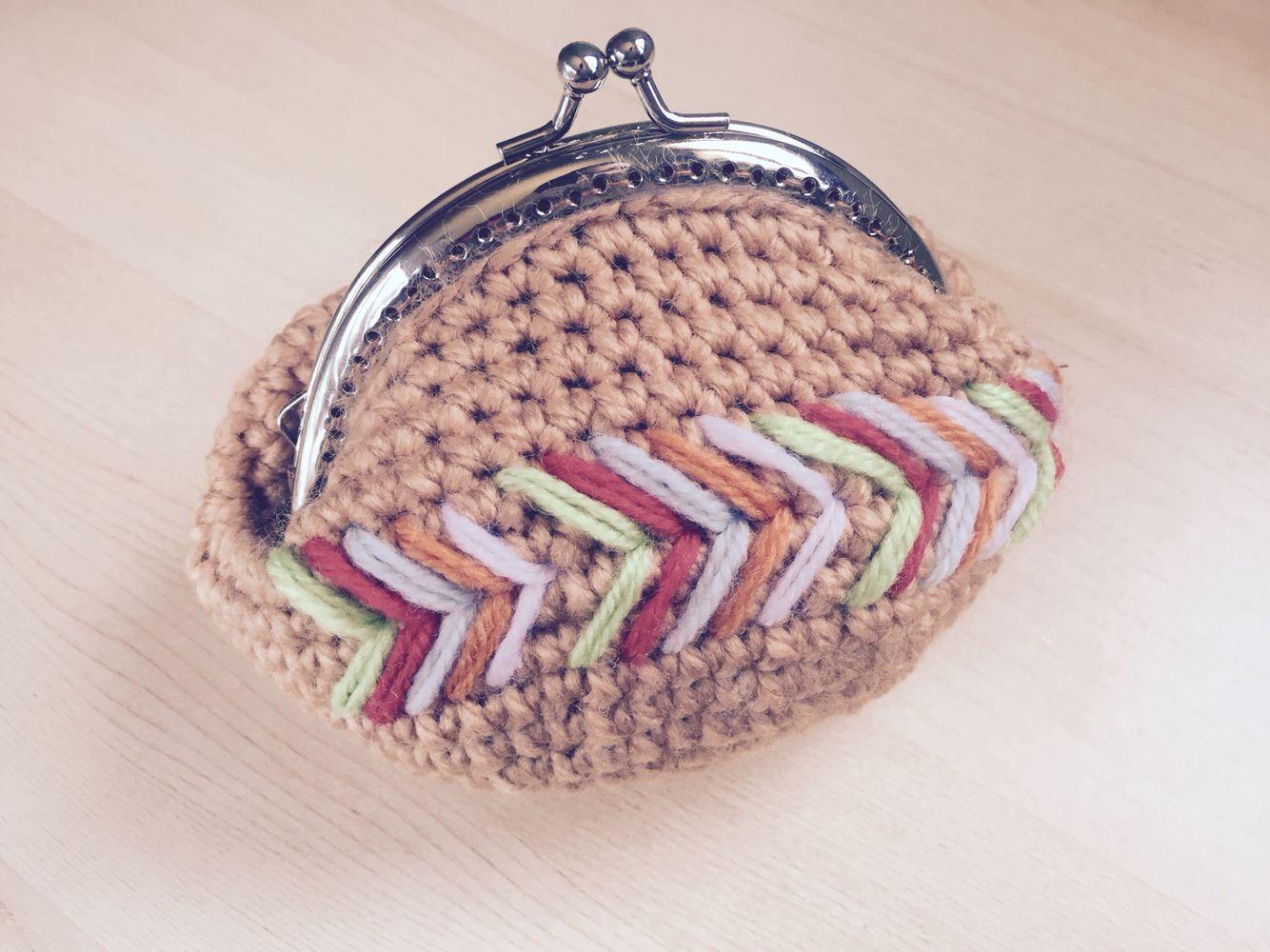 Monedero a crochet con motivos chevron por Srta Pomelo