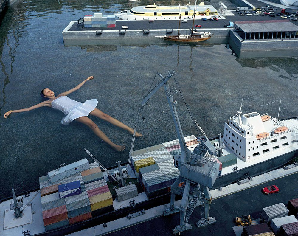 mujer flotando