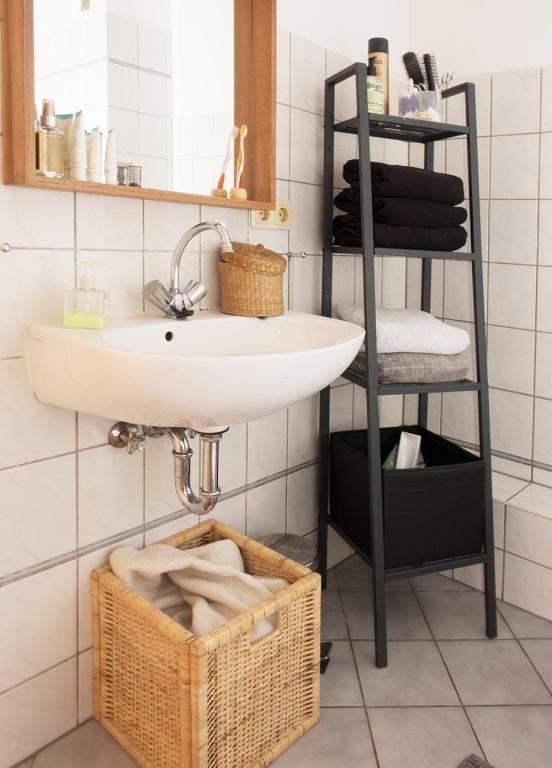 Praktischer Stauraum im Badezimmer einer Berliner Wohnung ...