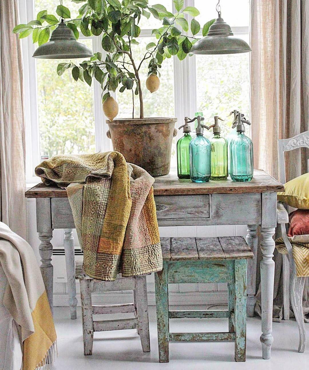 God ny uke der ute 💙Her et bilde fra kjellerstua vår.Fortsatt liv i sitrontreet jeg kjøpte på IKEA til 149 kr i vinter...😀👍 De grønne flaskene er fra loppisturer til Danmark og den turkise taburetten og blå flasker er fra @c.i.a_cederbergs_interiors.  #myhome #vakrehjemoginteriør #gammeltglass #brocante #vibekedesign #kidinteriør #kremmerhuset