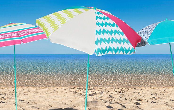 La journée plage réussie : bouée gonflable, serviette et parasol ...