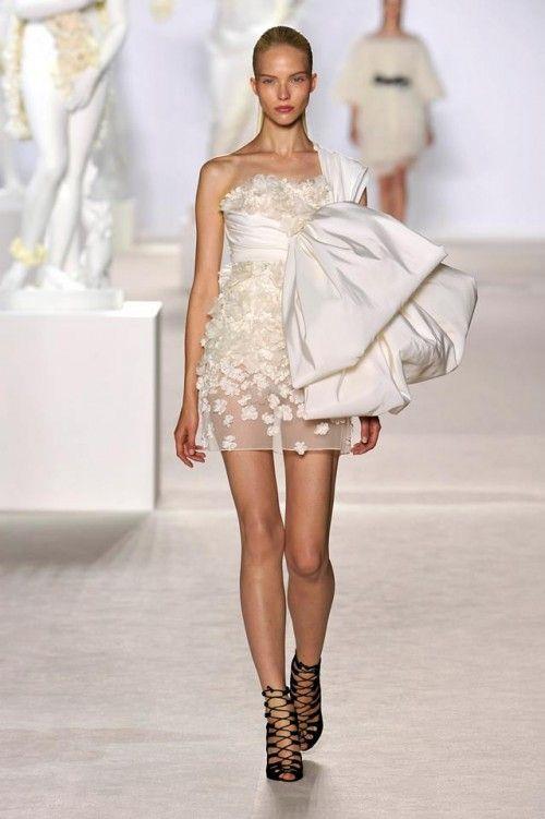 vestido corto de alta costura para una novia vanguardista - foto