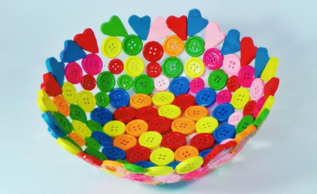 Nos ha encantado esta idea para elaborar un tazón con botones. ¡Es muy fácil! ¿Te animas a intentarlo?