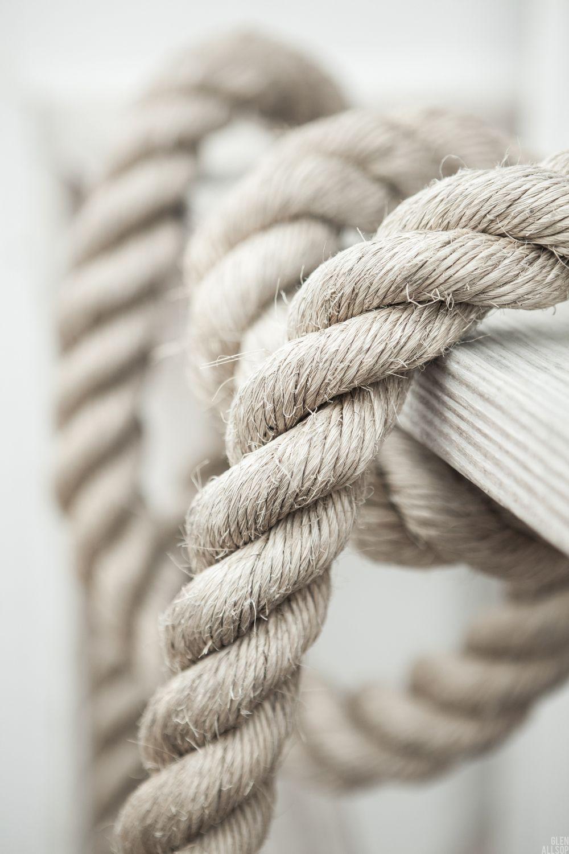 Oseas 11:4 Con cuerdas humanas los atraje, con cuerdas de amor; y fui para ellos como los que