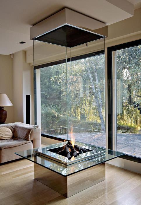 Cheminée centrale contemporaine en verre dans un salon ...