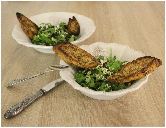 Salát se sušenými rajčaty, kešu oříšky a česnekovou bagetkou  http://www.naskokvkuchyni.cz/salat-se-susenymi-rajcaty-kesu-orisky-a-cesnekovou-bagetkou/