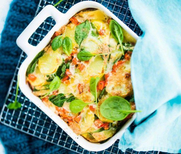 Peruna-tomaattigratiini on mitä mainiointa ja herkullisinta hävikinhäätöruokaa. Siihen uppoavat loistavasti edellispäivän keitinperunat ja jääkaapin perukoilla majailevat kuivahtaneet juustonkannikat.