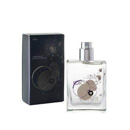 """REFIL på 30 ml.  Kultduften der ikke dufter. Molecule 01 indeholder ét enkelt molekylært stof """"Iso E Super"""", som normalt findes i en meget lille dosis i mange almindelige parfumer. Iso E Super er enestående, mere en effekt end en egentlig duft, som kun udvikler sig i kontakten med den varme hud. Med sin feromonlignende virkning tilføres huden en særlig og uforklarlig udstråling."""