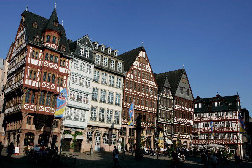 Frankfurts Fachwerk Altstadt Auf Dem Romerberg Wurden Historische Hauser Frankfurt Romerberg Frankfurt Frankfurt Am Main