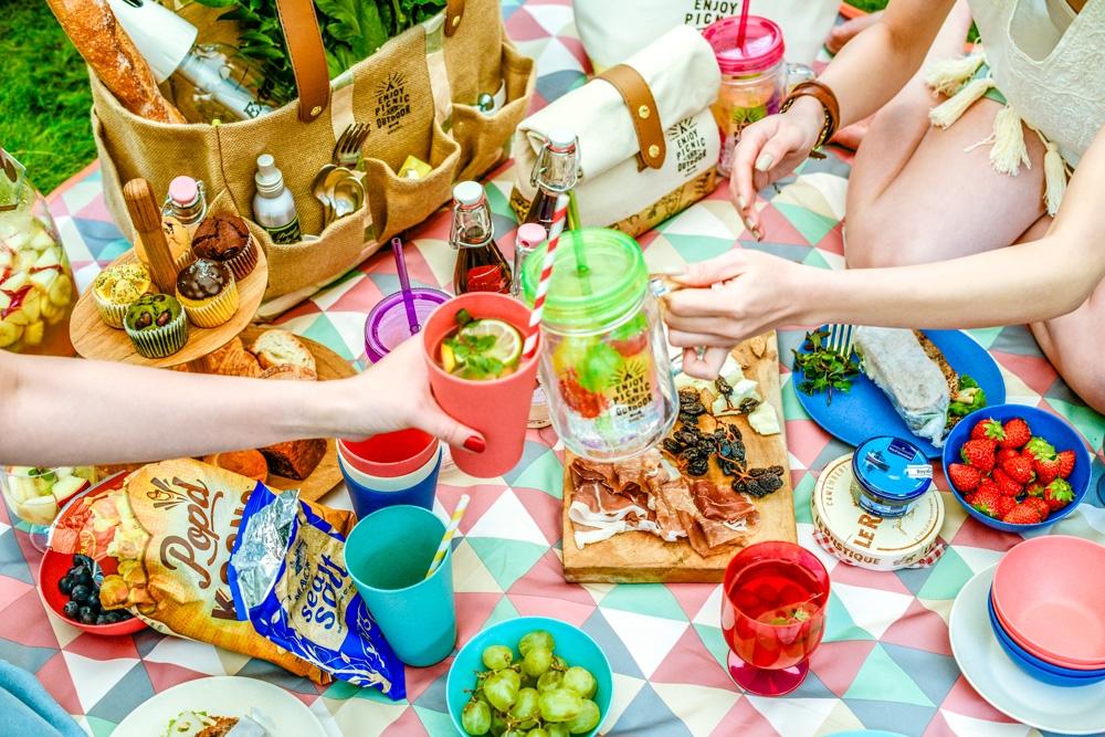 ライフスタイルブランド「BRUNO(ブルーノ)」より、 ピクニック&アウトドアアイテムを集めた新シリーズ「ピクニックパーティー」が2月中旬より発売します。 ピクニックバスケットやランチバック、カラフルな食器などを集めた「ピクニックパーティー」シリーズ。デザインと機能性を兼ね備えたグッズはピクニックからアウトドアまで、幅広く活躍出来るアイテムになっております。お庭や公園でラグを広げて、ゆるりと気楽な「ピクニックパーティー」楽しんでみてはいかがでしょう!      《お問い合わせ》 イデアインターナショナル  Tel. 03-5446-9530