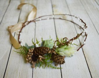 Winter bridal crown Wedding Halo berry hair piece Woodland green berry crown Rustic hair crown Christmas hair accessory Fairy cone crown