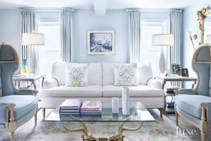 Calm blue living room with traditional decor id living for Dekoelemente wohnzimmer