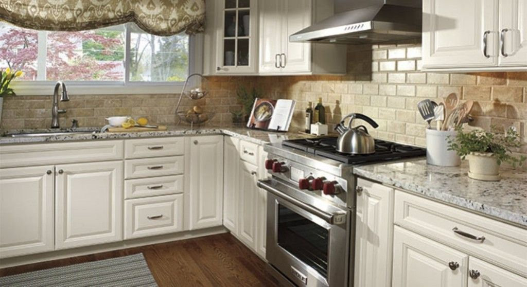 Backsplash ideas for white cabinets kitchen backsplash for Ideas to redo old kitchen cabinets